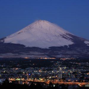 雪化粧で荘厳な美しさが冴える世界文化遺産・富士山