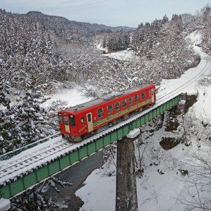 冬景色の中、鉄橋を渡る内陸線